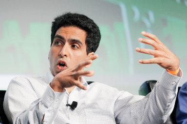 Khan Academy svému zakladateliSalmanu Khanovizajišťuje roční příjem vevýši 700 tisíc dolarů.