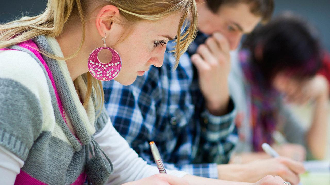 Tužka a papír minulostí. Tento rok rozhodně nebudou mít studenti zkoušky na vysoké školy tak, jak jsme byli zvyklí.