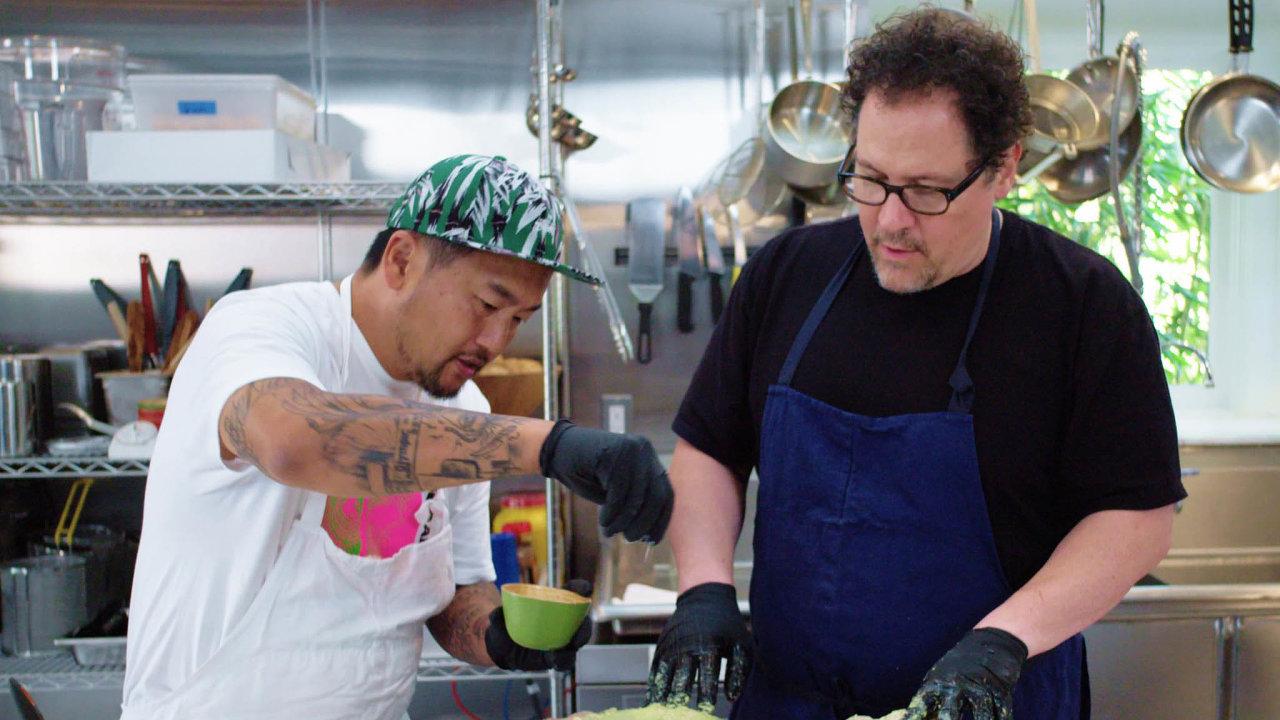 Režisér, scenárista, herec a velký milovník jídla Jon Favreau (vpravo) s šéfkuchařem Royem Choiem.