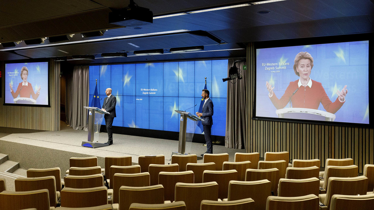 Brífink povideokonferenci EU astátů západního Balkánu– napódiu vlevo předseda Evropské rady Charles Michel, naobrazovkách předsedkyně Evropské komise Ursula von der Leyenová.
