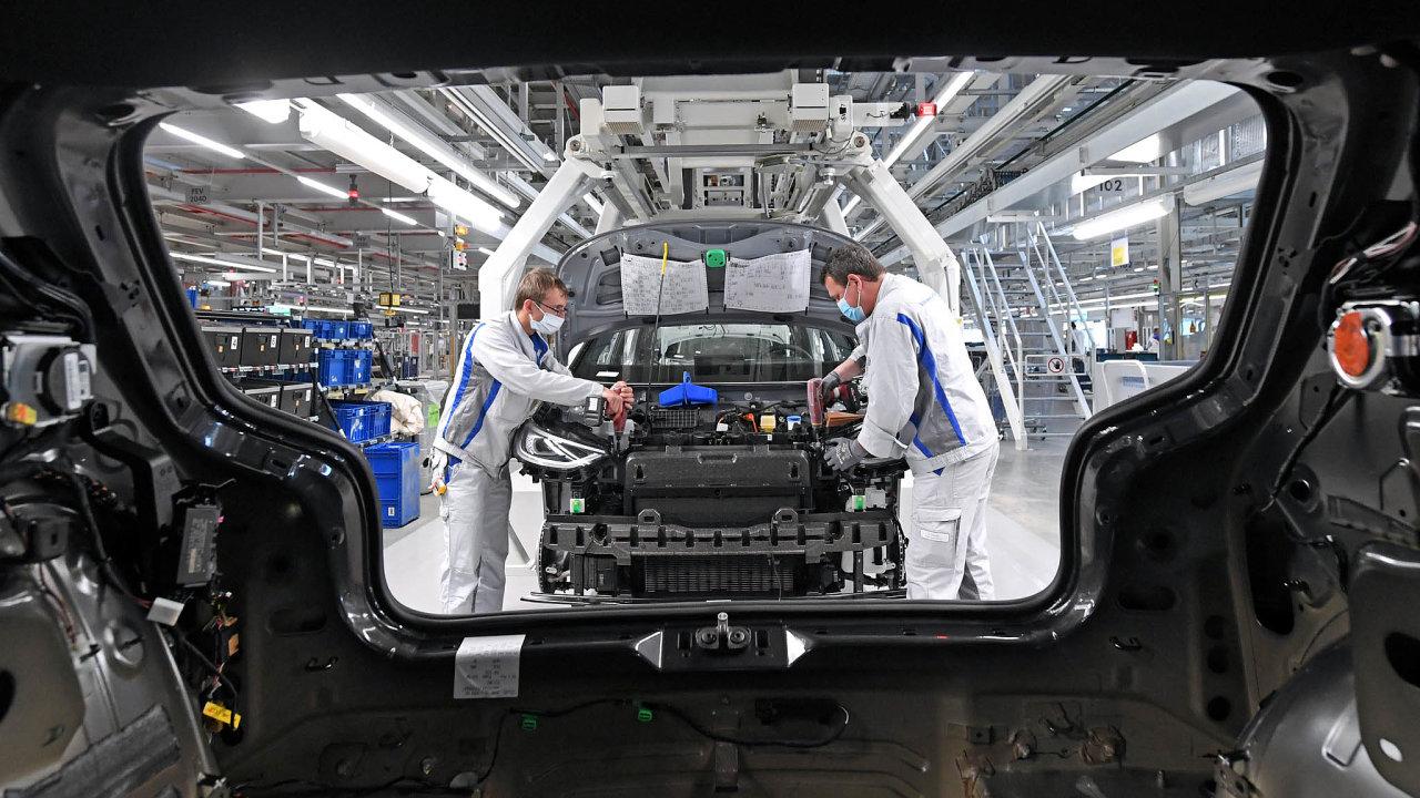 Dopady koronakrize pociťuje celá německá ekonomika iautomobilový koncern Volkswagen. Nasnímku zaměstnanci závodu vevýchodoněmeckém Cvikově při výrobě elektromobilu ID.3.