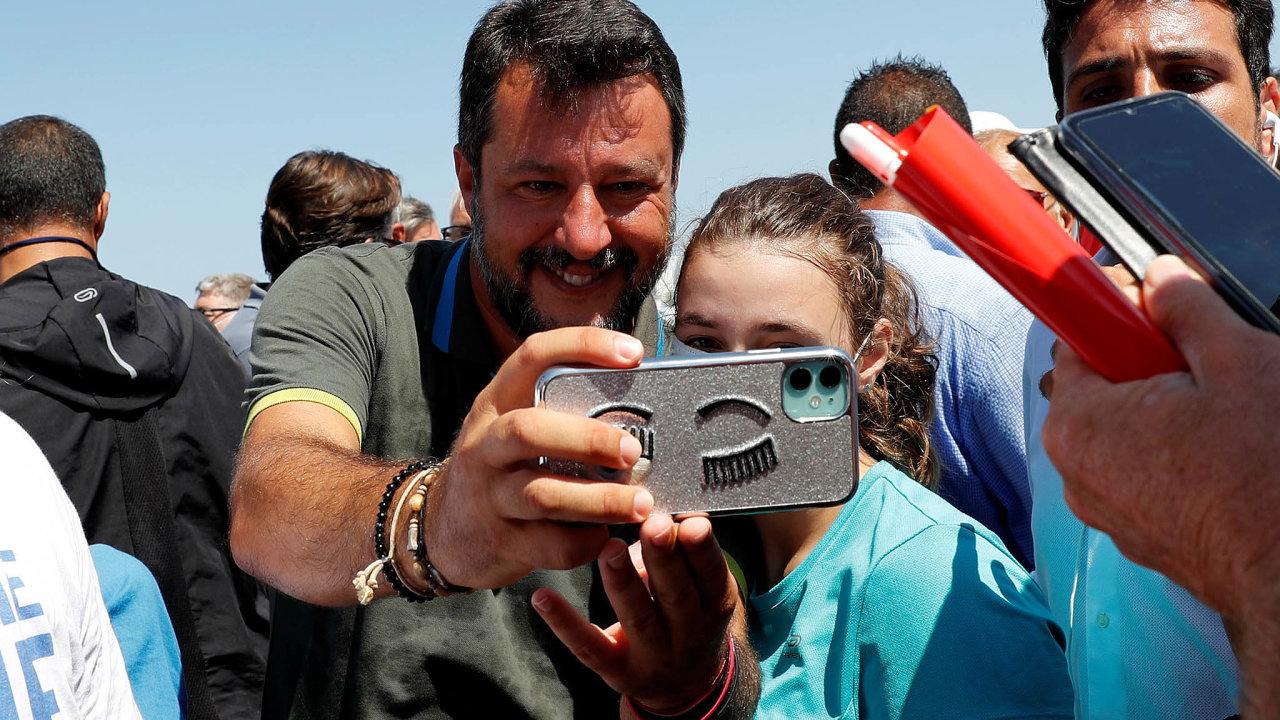 Matteo Salvini před pandemií neúnavně objížděl Itálii asetkával se svoliči. Často se zaměřuje najižní regiony, kam míří zAfriky lodě uprchlíků. Vkalábrijském Crotone se fotil smladou fanynkou.