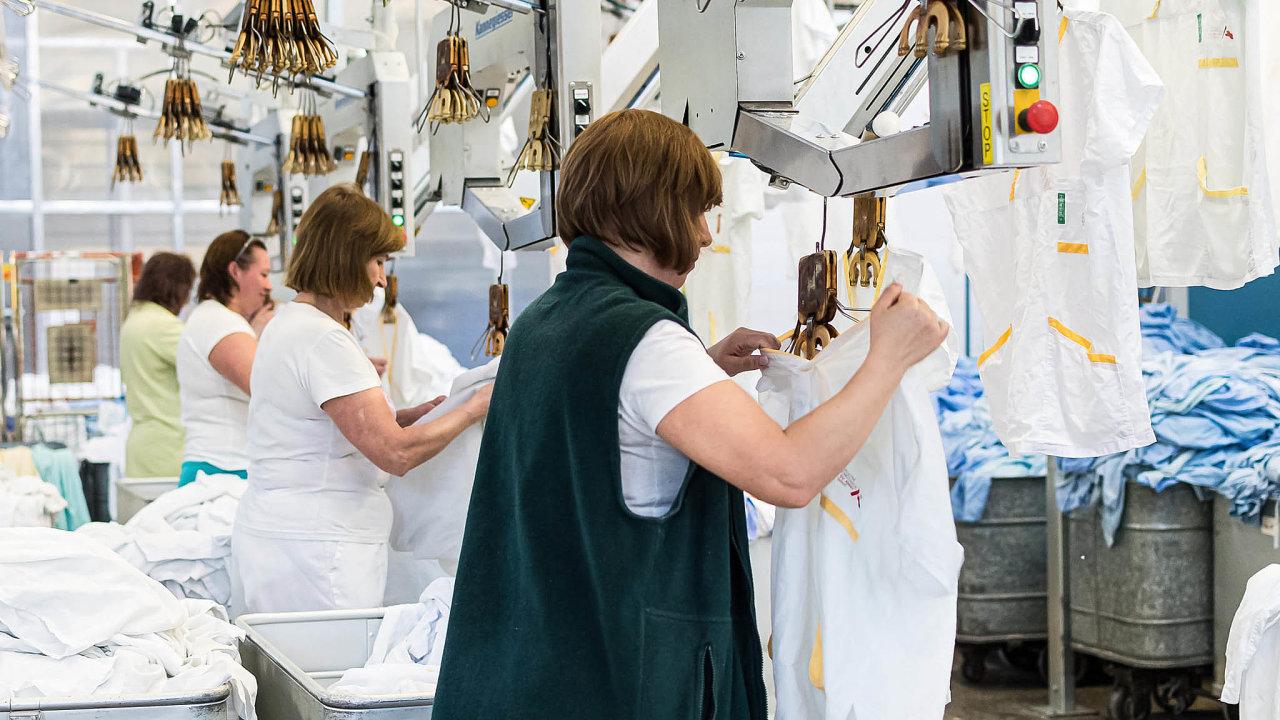 Mnohé prádelny a čistírny se nedokážou vypořádat s výpadkem až 90 procent obratu. Z původních klientů většině z nich zůstala jen zdravotnická zařízení. Firmy jsou tak nuceny dotovat provoz ze svého.