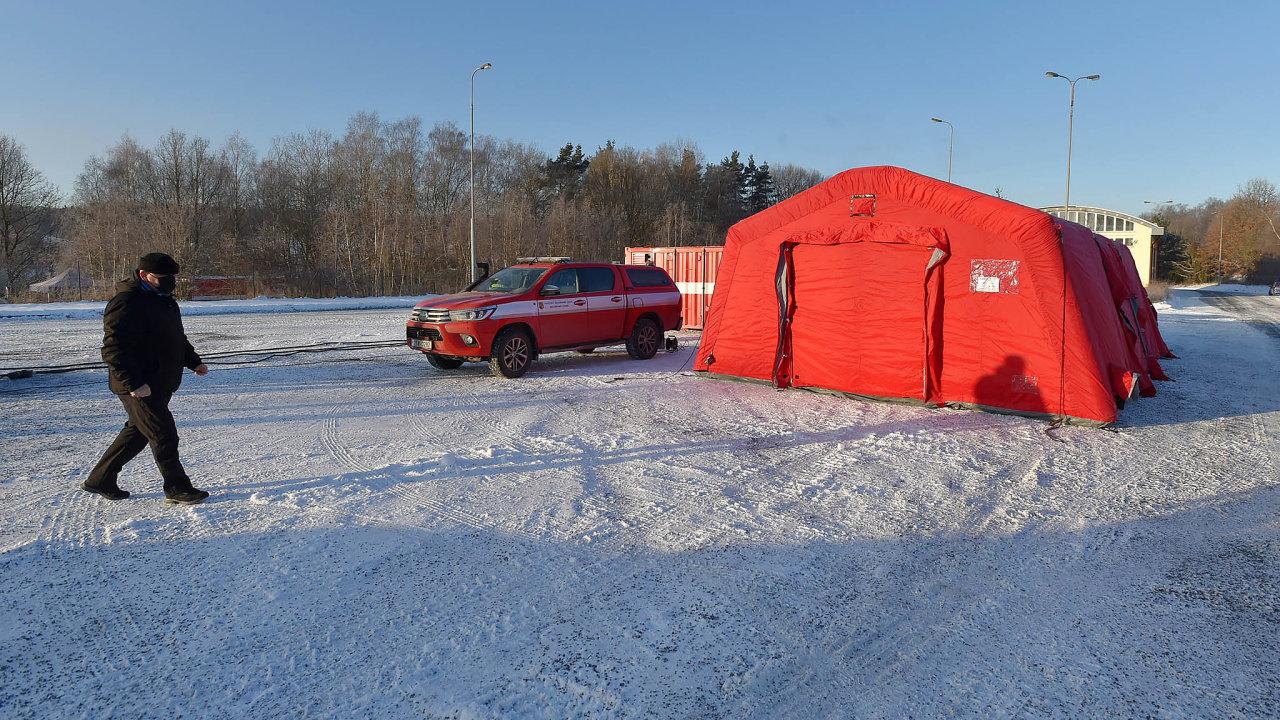 Nové testovací středisko pro řidiče kamionů načeské straně hranice vPomezí nad Ohří naChebsku, kde začaly kvůli epidemické situaci přísnější kontroly lidí, kteří zČeska míří doNěmecka.