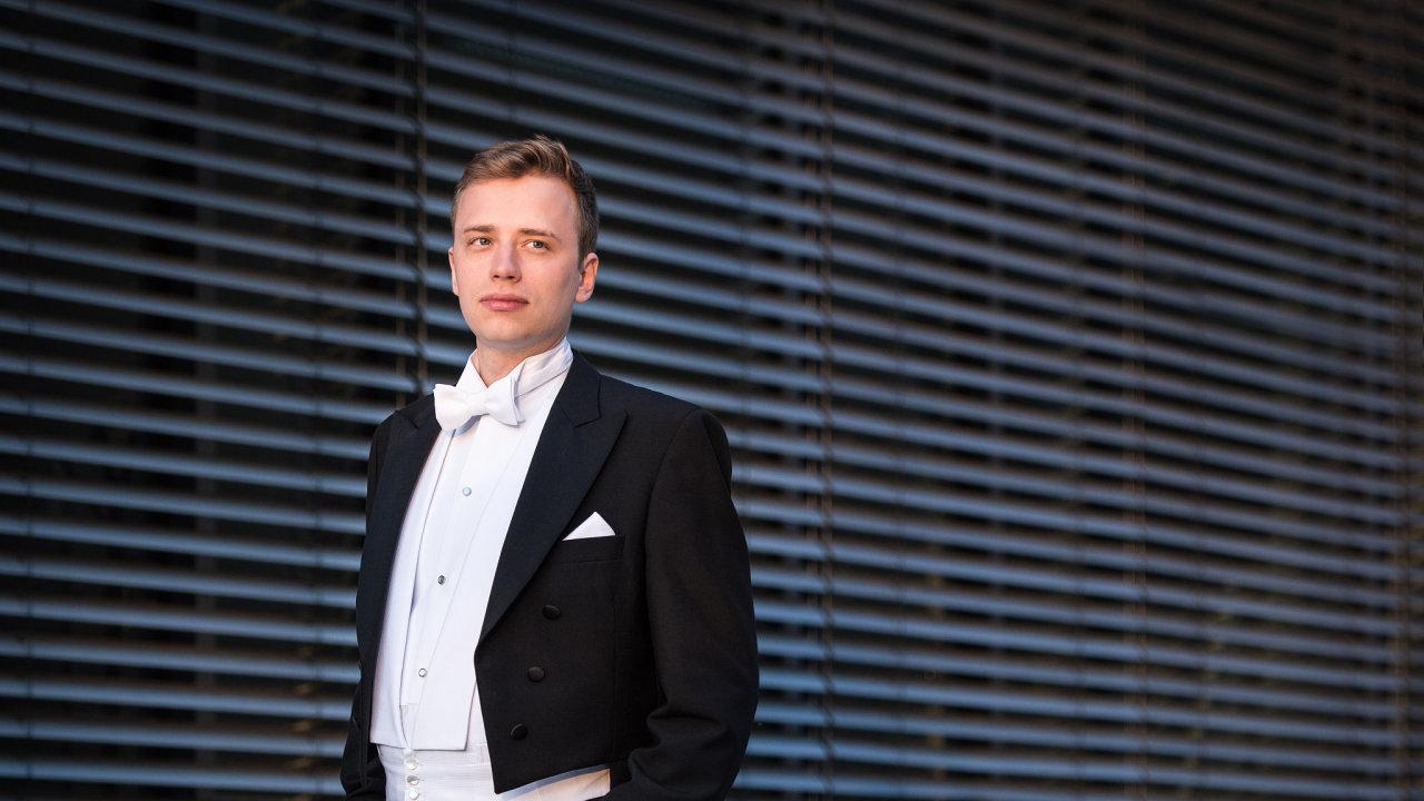 František Macek bude naPražském jaru řídit Symfonický orchestr Českého rozhlasu. Koncertu se smí zúčastnit 300 diváků, kteří absolvují PCR test abudou mít respirátory.