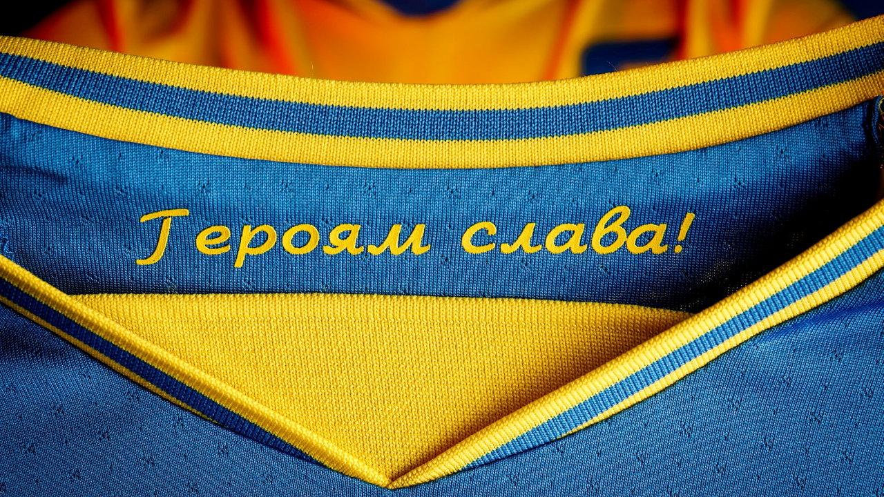 """Nápis """"Sláva hrdinům"""" na ukrajinském dresu."""