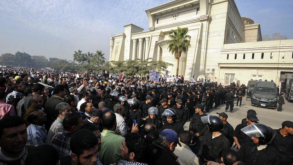 Stoupenci prezidenta Mursího protestují před budovou Egyptského ústavního soudu