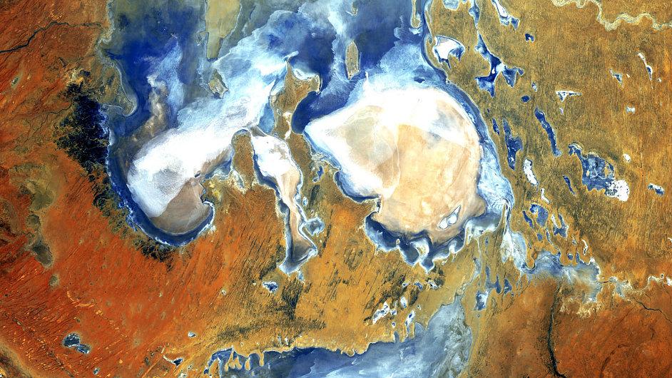 Snímek jezera Eyre v Austrálii pořízený satelitem Landsat 5