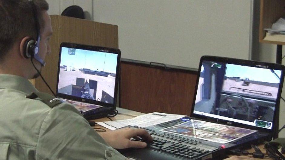 voják cvičí na počítačové střílečce