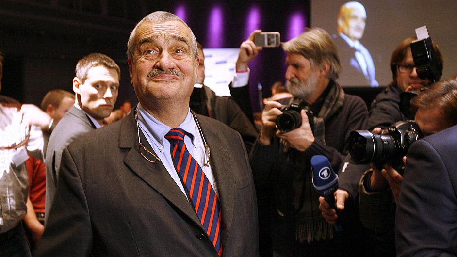 Karel Schwarzenberg sleduje výsledky I. kola prezidentských voleb.