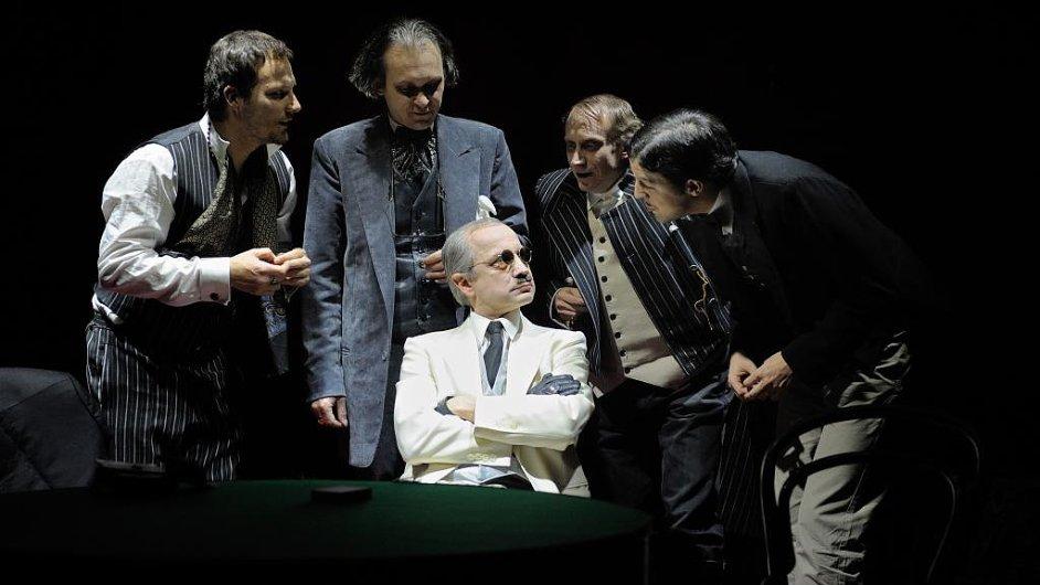 Hráči v Krejčího režii jsou poctivá komorní činohra, která staví na hereckých výkonech