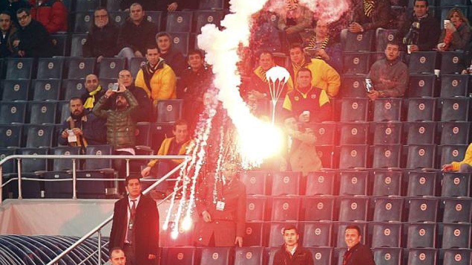 Fanoušci Fenerbahce napadli stadion světlicemi na padácích.
