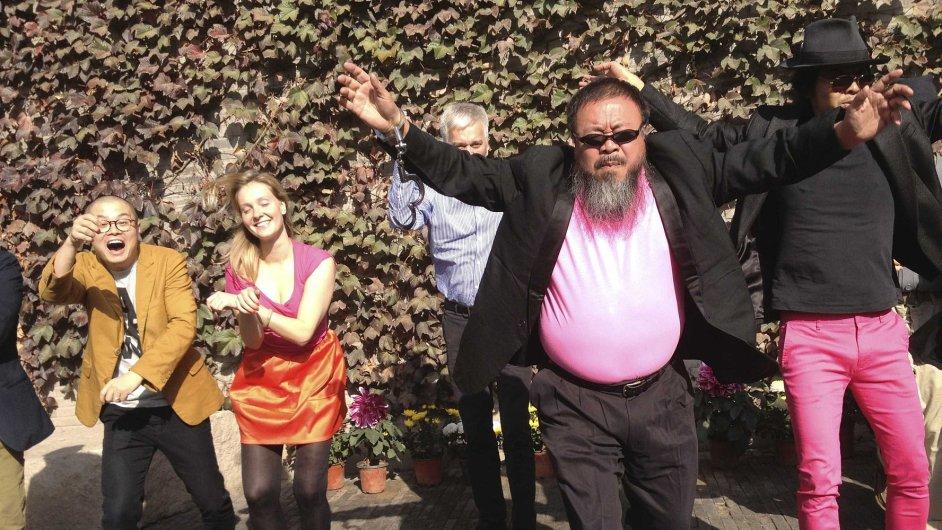 Čínský umělec Aj Wej-wej tančí se svými přáteli