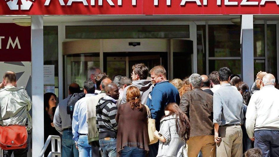 Zástupy lidí čekající na otevření banky Laiki, Kypr
