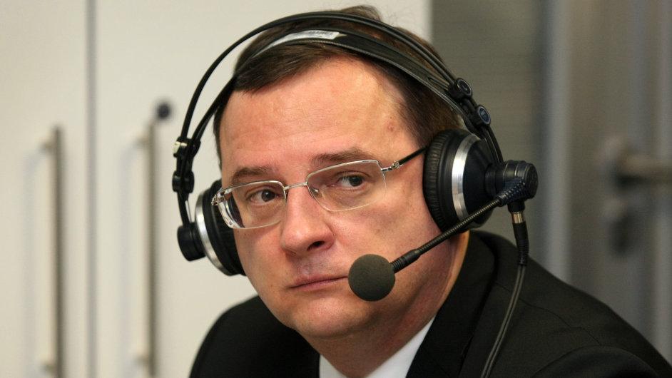 Premiér Petr Nečas během živého vstupu do rozhlasového vysílání.
