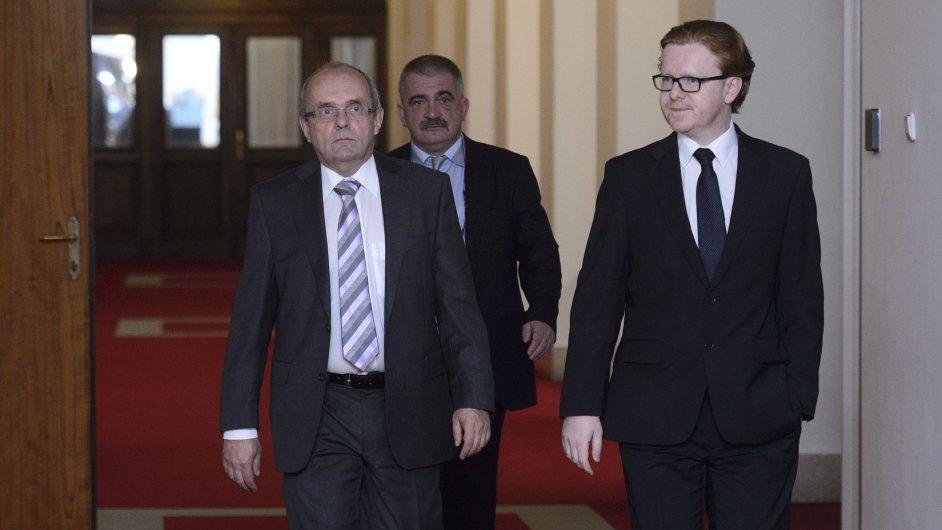Ministr pro místní rozvoj Jankovský (vlevo) s předsedou Legislativní rady vlády Mlsnou