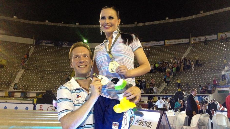 Tanečníci Michaela Gatěková a Jakub Mazůch s medailemi