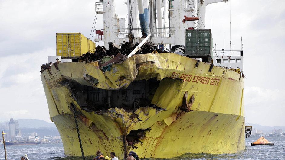 Poničená nákladní loď po srážce s trajektem