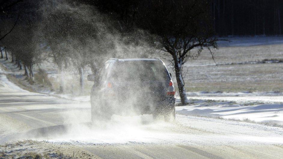 Počasí v Česku komplikuje kromě silného větru i sníh.