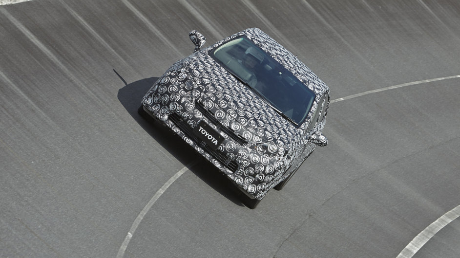 Toyota chce v roce 2015 spustit sériovou výrobu vodíkových aut. Bude v nich budoucnu i palivový článek s českým vylepšením?