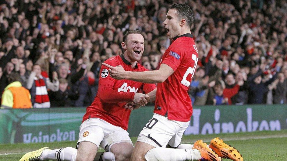 Robin Van Persie (vpravo) a Wayne Rooney slaví gól proti Pireu