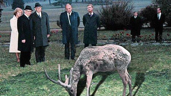 Gustáv Husák (druhý muž zleva) nebyl plachý. Jelenů se nebál.