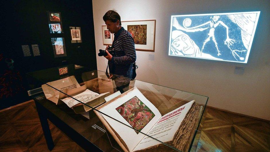 Kromě grafik, dřevorytů, leptů, obrazů, deníků a nákresů obsahuje výstava i autorovy tisky.