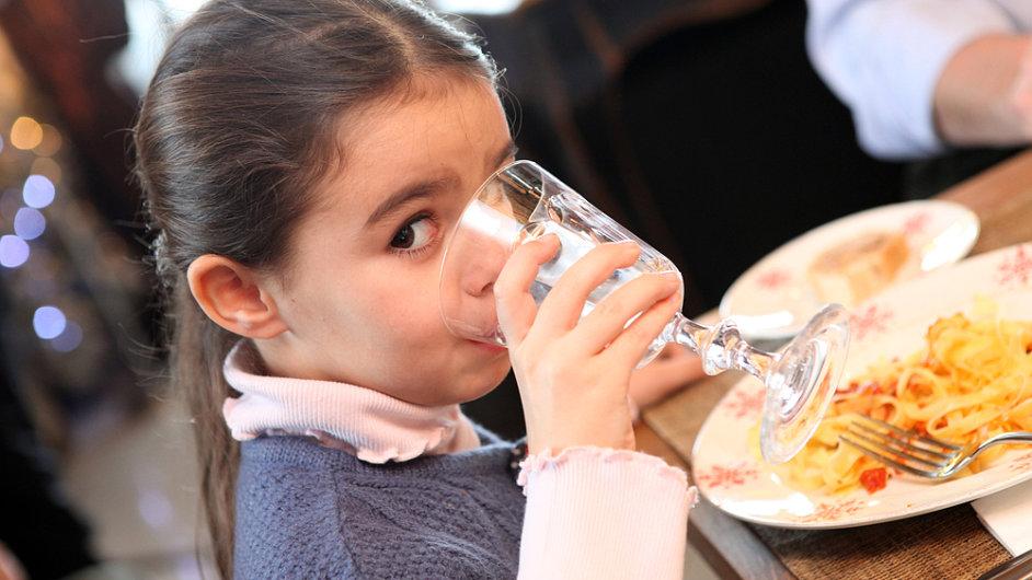 Jídlo podávané v restauracích bývá často více slané.