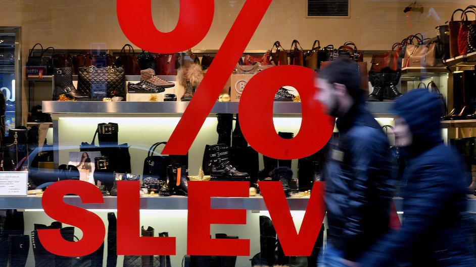 Slevy a pak další slevy: Obchodníci začali s cenovými akcemi již před Vánocemi. Na snímku jeden z pražských obchodů.