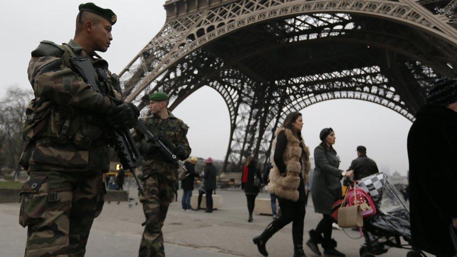 Po útoku na redakci listu Charlie Hebdo hlídkují vojáci například i před Eiffelovou věží.