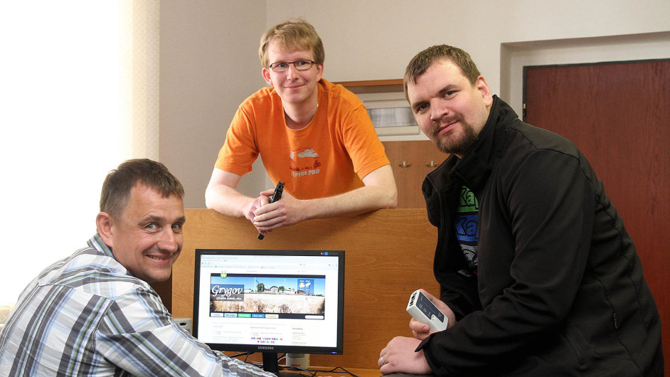 V Grygově u Olomouce už osm let pracují se svobodným softwarem. Místostarosta Petr Chramosta (v košili) měl štěstí, že narazil na IT odborníky – Jaroslava Martínka (v triku) a Milana Kozáka.