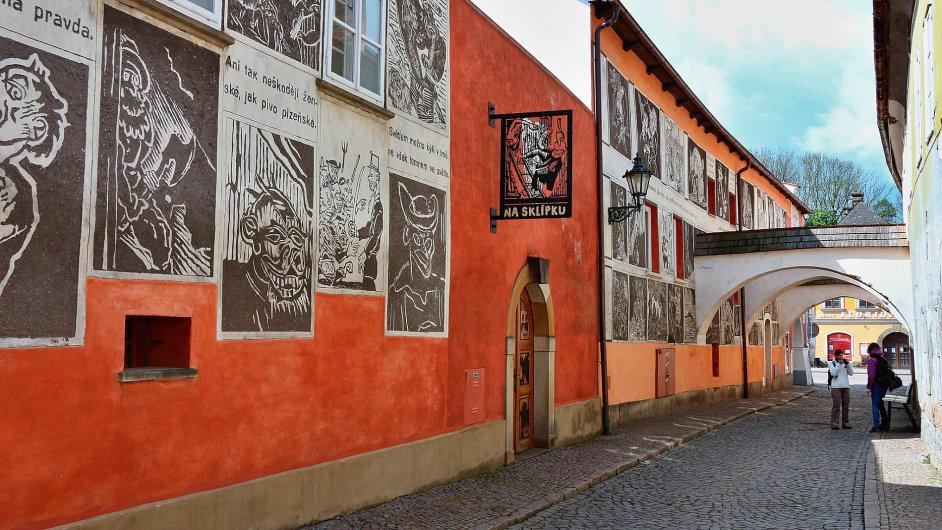 Sgrafita podle Váchalových dřevorytů vytvořili studenti zdejší restaurátorské školy.