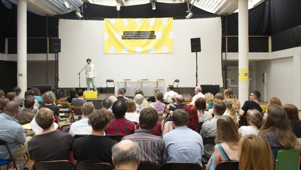 Jan Němec čte na pódiu zahajovací projev Sjezdu spisovatelů.