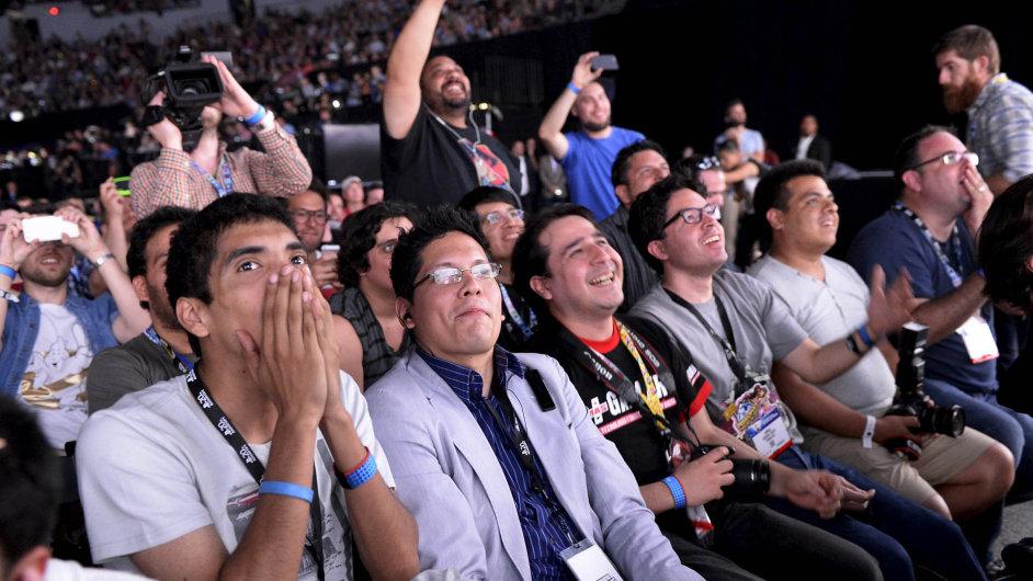 Microsoft aSony představily letos vLos Angeles třetí, čtvrté, páté, adokonce išesté díly sérií, které jsou typické pro jejich herní konzole PlayStation aXbox alákají masy fanoušků.