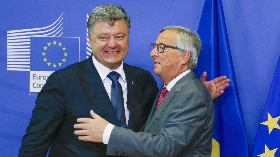 Ukrajinský prezident Petro Porošenko (vlevo) a šéf Evropské komise Jean-Claude Juncker.