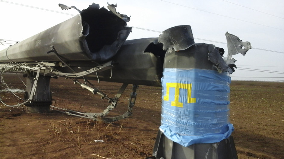 Opravu i zapojení elektřiny do zničených sloupů vedení blokují krymští Tataři. Připevnili na ně i svou vlajku.