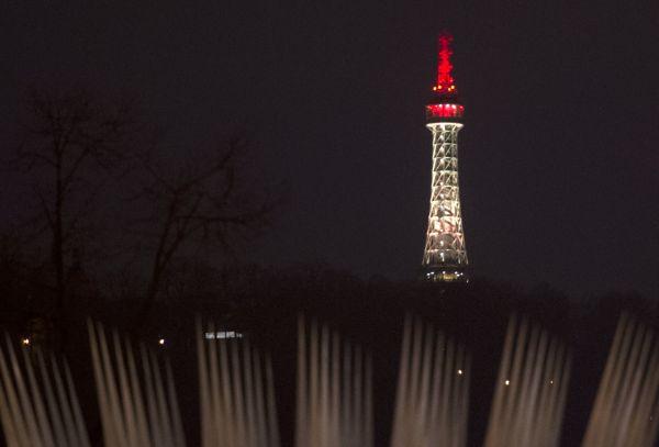 Památku ob�tí úterních teroristických útok� v Bruselu uctil 23. b�ezna ve�er pra�ský magistrát, který nechal nasvítit Pet�ínskou rozhlednu do barev belgické trikolory.