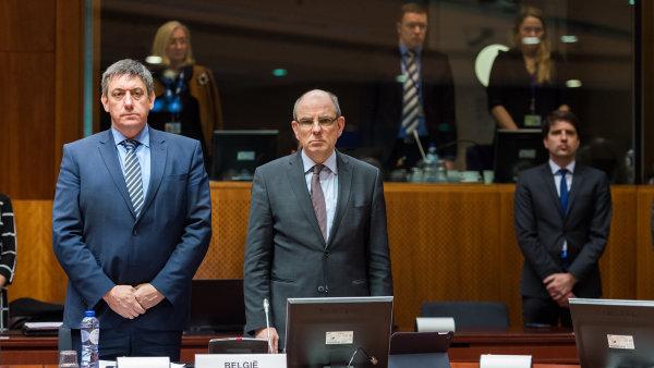 Belgický ministr vnitra Jan Jambon (vlevo) a ministr spravedlnosti Koen Geens drží minutu ticha během mimořádné schůze.