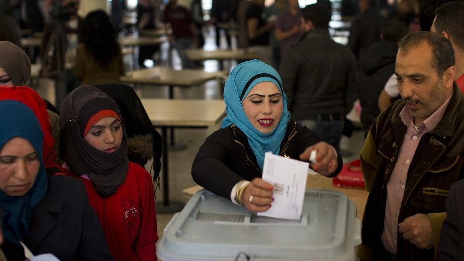 Syřané volí v parlamentních volbách. Kvůli válce vybírají delegáty jen na třetině území.