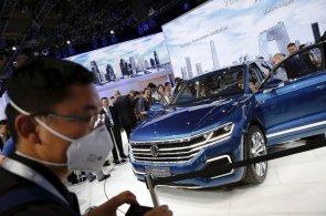 Pekingsk�mu autosalonu vl�dne elekt�ina. Velk� zna�ky p�edstavuj� hybridy i elektromobily