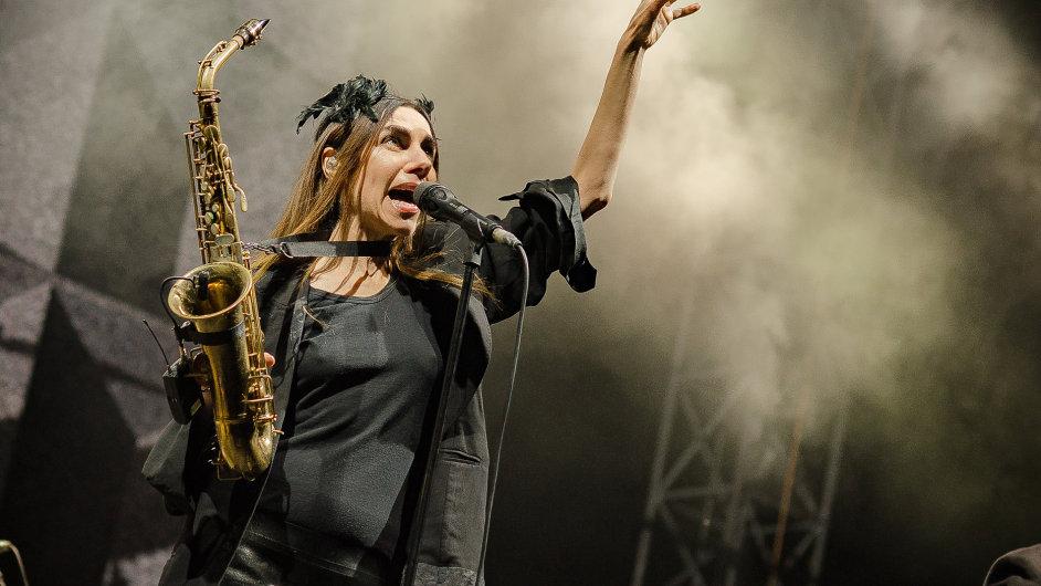 Snímek z vystoupení PJ Harvey na trenčínském festivalu Pohoda.