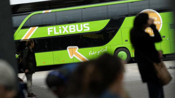Zelené autobusy chtějí získat cestující i díky nižší ceně, mimo špičku nabídnou levnější jízdenky než RegioJet nebo České dráhy.