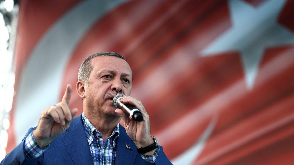 Prezident Erdogan obviňuje z přípravy puče duchovního Fethullaha Gülena, který žije ve Spojených státech a jehož příznivce Ankara dlouhodobě pronásleduje.