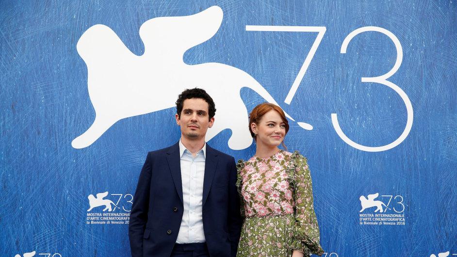 Na snímku ze zahájení festivalu v Benátkách jsou režisér Damien Chazelle a herečka Emma Stoneová. Film La La Land do českých kin vstoupí 19. ledna 2017.