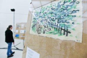 Výstavu o Josefu Čapkovi připravil Sterec, panely jsou rozmístěné do půlkruhu a hraje k nim Kabeláčova hudba