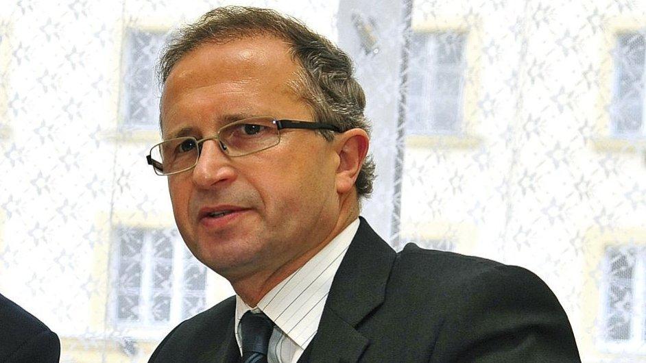 Soudce Novák vzal většinu své žaloby zpět.
