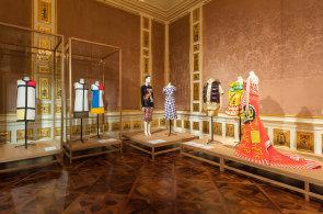 Co znamená honzík a co krajkový límeček? Výstava ve Vídni ukazuje, jak móda zařazuje člověka