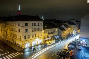 Cvrkot na umolousaném bulváru: Husitská a Koněvova ulice vytyčují svět s pozoruhodnými podniky