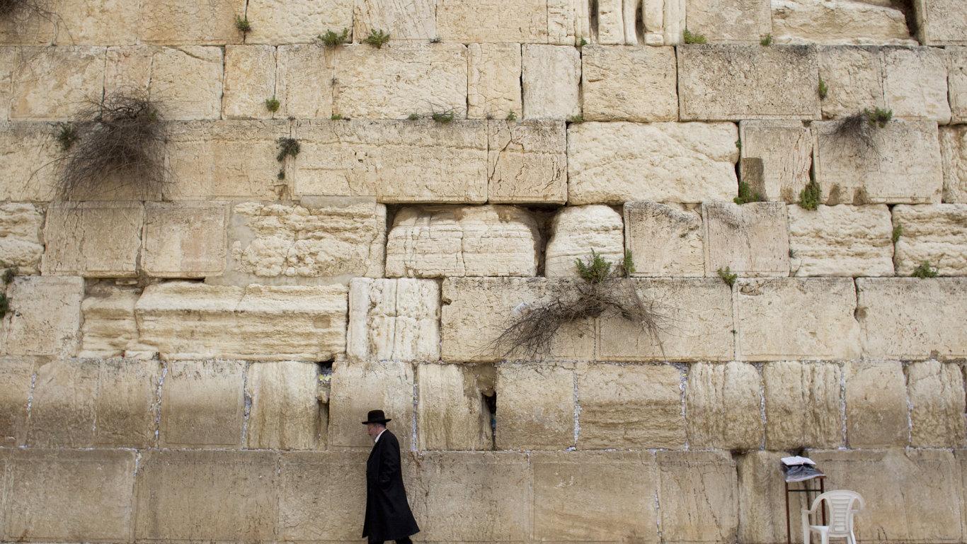 Lidé u zdi v Jeruzalémě