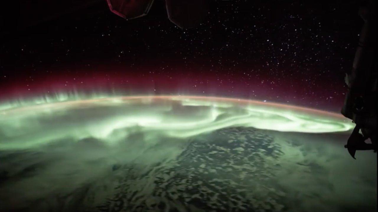 Astronauti na ISS natočili polární záři nad Zemí